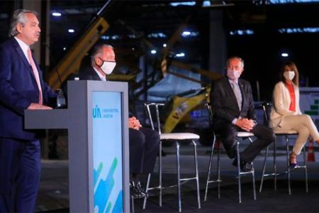 Alberto Fernández, hablando en un evento de la UIA. Ahora la central fabril quiere que escuche.