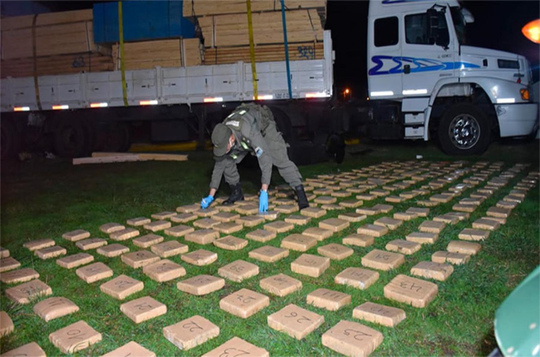 El transporte de carga provenía de Misiones cuando fue interceptado sobre la Ruta Nacional N° 127 por Gendarmería Nacional: llevaba poco más de 233 kilos de marihuana.