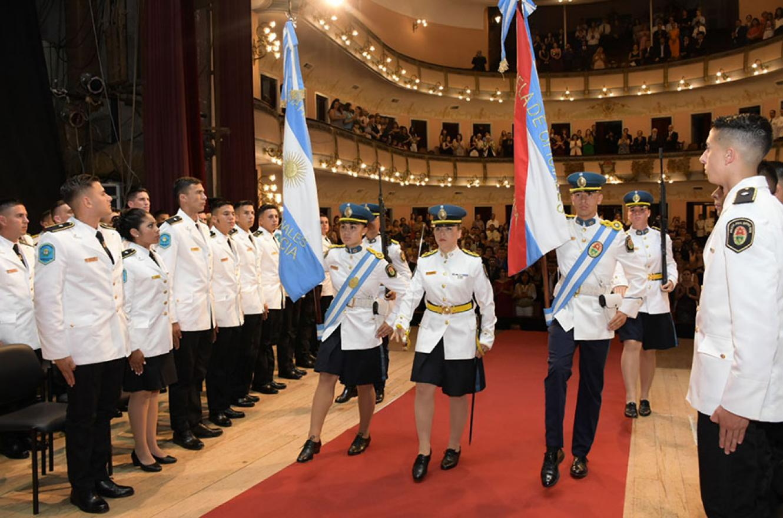 En el Teatro 3 de Febrero se realizó la ceremonia de egreso de la Promoción N° 81 de oficiales de la Policía de Entre Ríos.