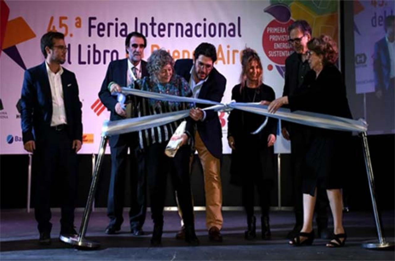Avelluto junto a Rita Segato, cortando el listón inaugural de la Feria del Libro 2019
