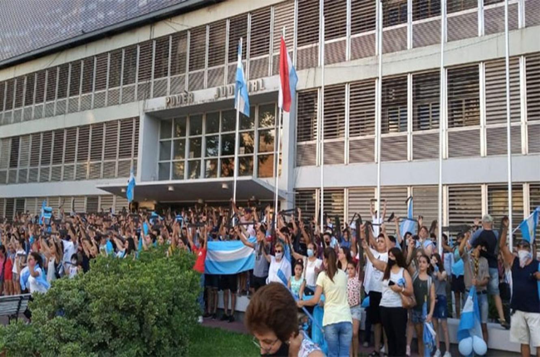 500 personas frente a Tribunales: según los pro vida, representan los 500 abortos que se producen al año en Entre Ríos por aplicar el protocolo de aborto no punible.