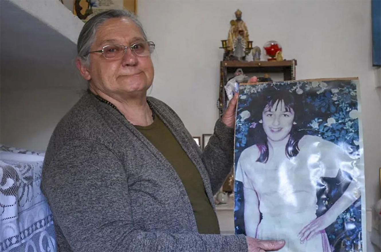 """La madre de la adolescente cuyo crimen conmocionó al país exhibe todo su dolor cuando se van a cumplir 30 años de su muerte; dice que se trató del femicidio """"más grande de Catamarca""""."""
