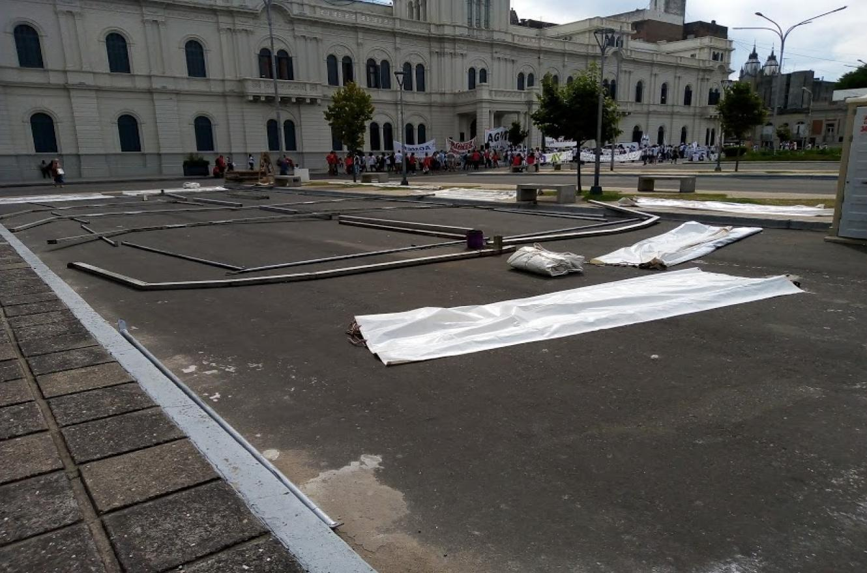 Agmer instaló una carpa frente a Casa de Gobierno hasta alcanzar acuerdo salarial
