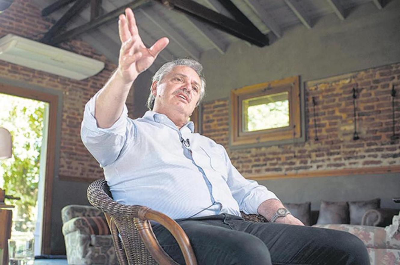 """Alberto Fernández explicó cuáles serán primeras decisiones que adoptará en su gobierno, también dio señales sobre la economía que se viene y puso una prioridad: """"No hay nada más urgente que la pobreza y el hambre"""". (Fotografía Adrián Pérez)."""