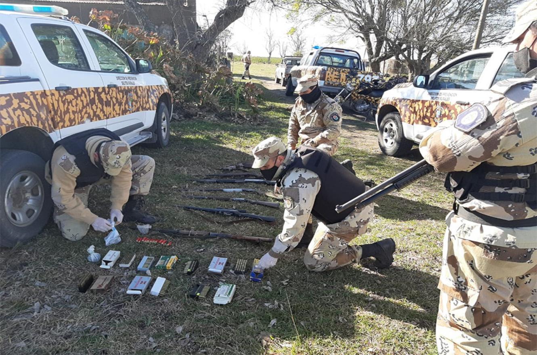 Los allanamientos permitieron secuestrar once armas de fuego, silenciadores, equipo de comunicación y cartuchería varias.
