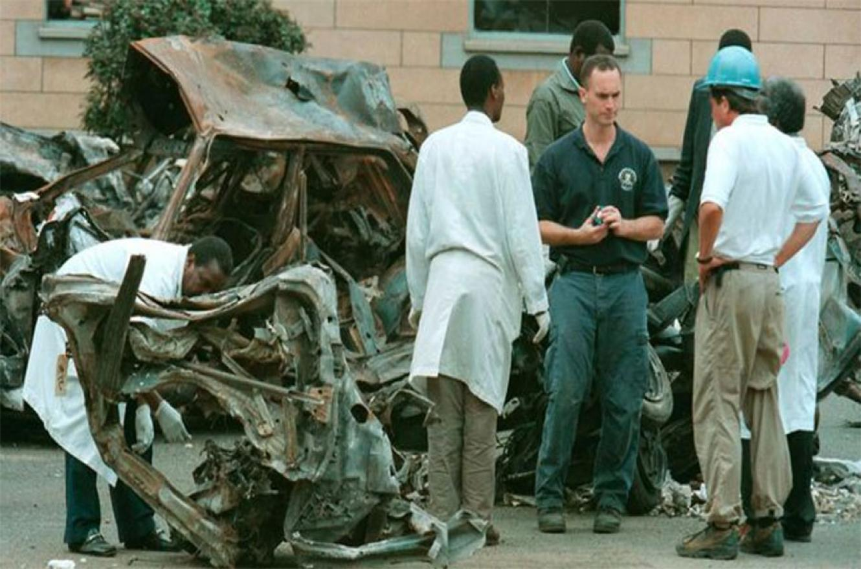 Agentes del FBI e investigadores de Kenia tras el atentado en Nairobi, en 1998.