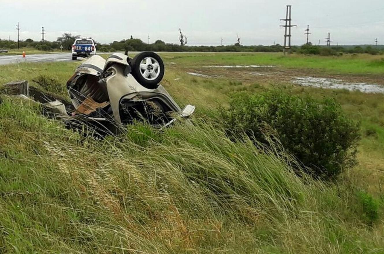 Dos oficiales de Policía resultaron ilesos tras el vuelco del auto