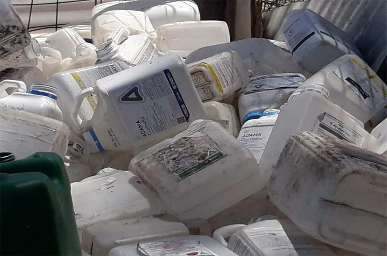 Arrojaron unos cien envases de agrotóxicos en el ingreso al basural de Pueblo General Belgrano. Hubo denuncia en Fiscalía y se espera que la Municipalidad aporte las filmaciones de las cámaras de video vigilancia para dar con los responsables.