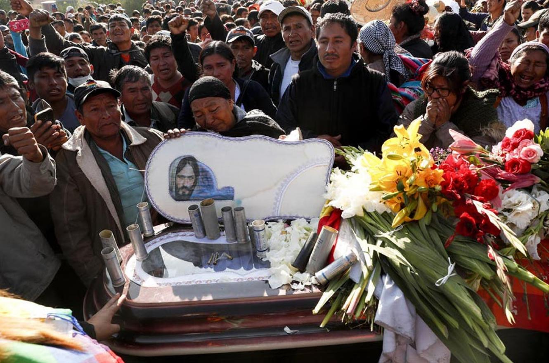 Familiares y amigos asistieron, ayer, al funeral de uno de los muertos en Sacaba.