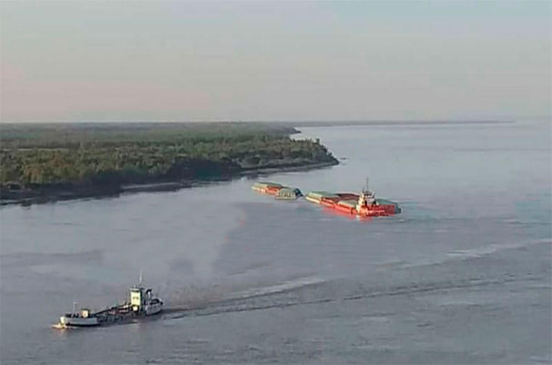 remolcador con barcazas encallado