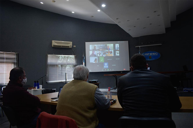 La modalidad elegida fue la videoconferencia donde participaron en un mismo horario todos los intendentes de un mismo Departamento junto a los legisladores de cada uno de ellos.