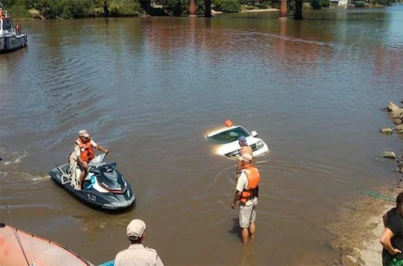 Una camioneta cayó al río Gualeguaychú al tratar de bajar una lancha