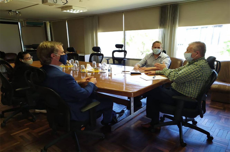 El intendente Piaggio se reunió con el titular de la delegación argentina de la CARU, en la sede del organismo en Paysandú.