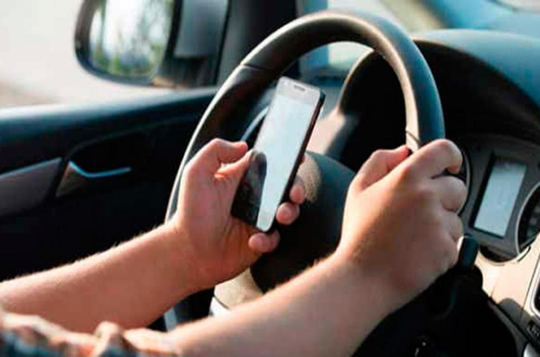 celular en el auto