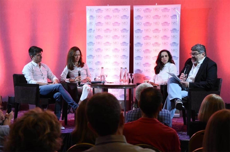 """Rodrigo Alegre, Mariel Fitz Patrick, Emilia Delfino y Antonio Tardelli, en la mesa de diálogo que abordó el tema """"Periodismo y nuevo escenario político""""."""
