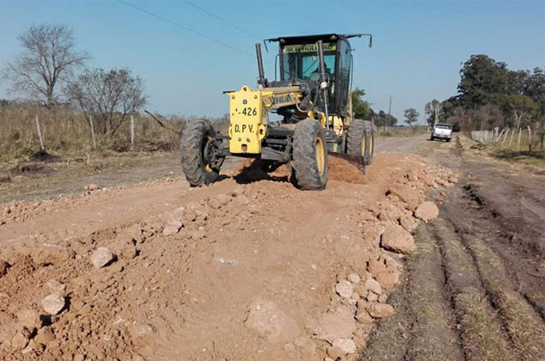 En el marco del programa de mantenimiento de caminos productivos, el gobierno, a través de Vialidad provincial, trabaja en la mejora caminos en colonias y comunas del Departamento Colón.