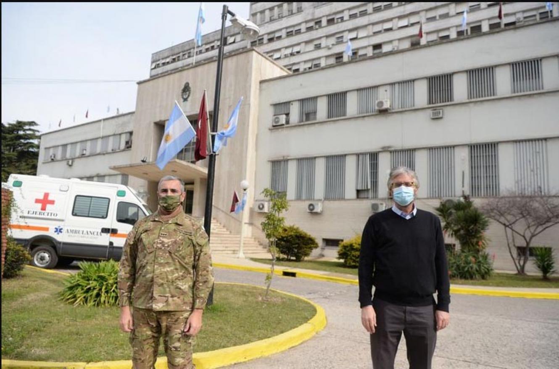 El director del Hospital Militar Central, Sergio Maldonado junto al investigador principal, Fernando Polack