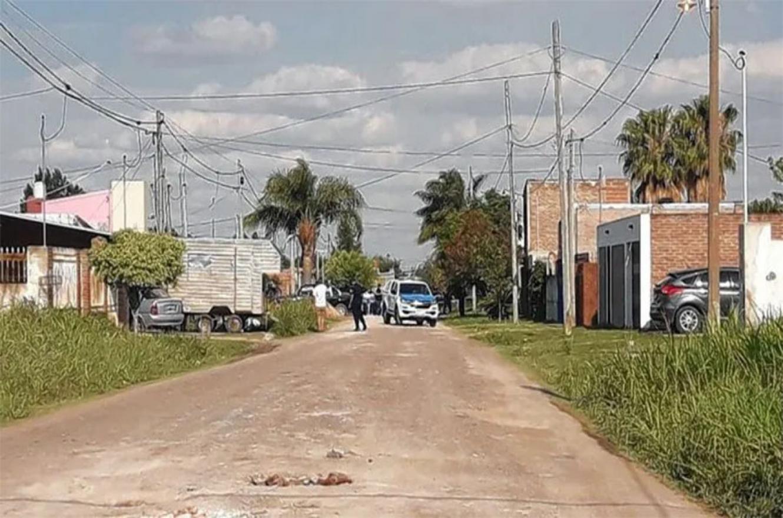 La balacera que terminó con el triple crimen se produjo a las 15 en calle Las Camelias, entre Ovidio Lagos y Mihura, de Paraná.