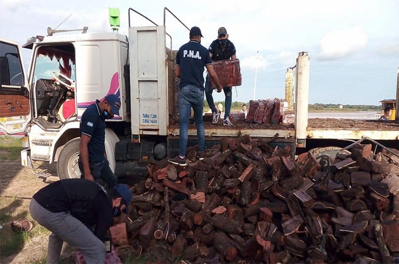 Se comprobó que bajo la carga de toneladas de leña había 23 bultos con 413 panes de marihuana.