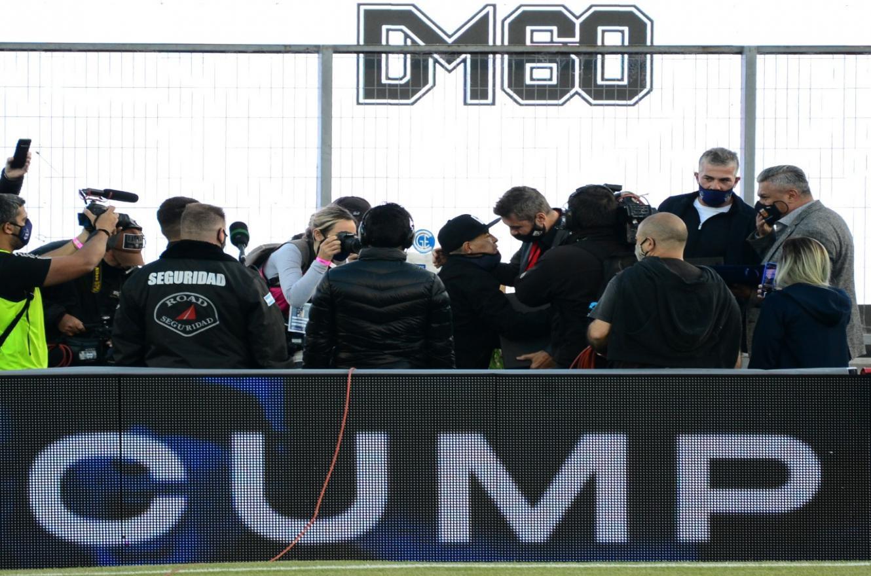 Maradona fue homenajeado en la previa de Gimnasia-Patronato, pero no se quedó al partido