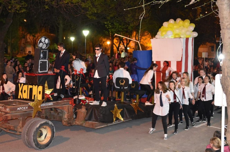 Desfile de carrozas en Crespo