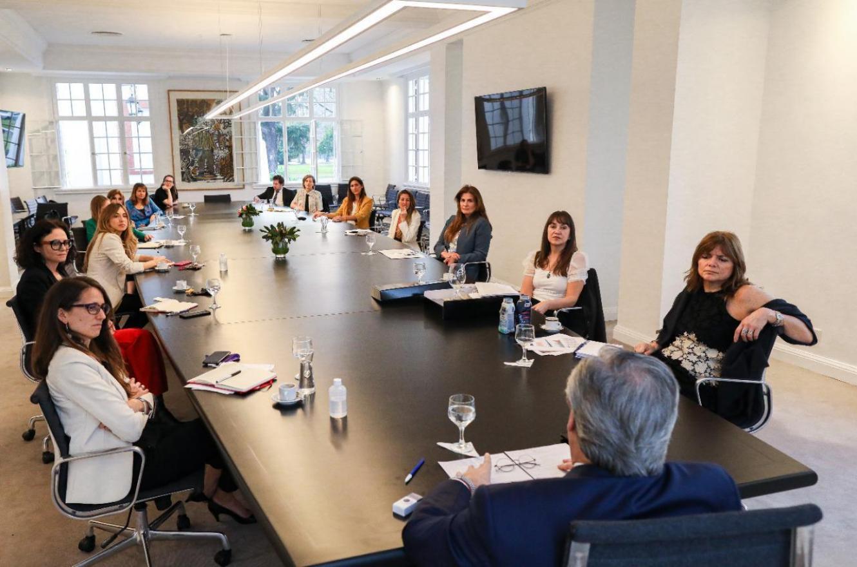 Fernández con mujeres empresarias y funcionarias
