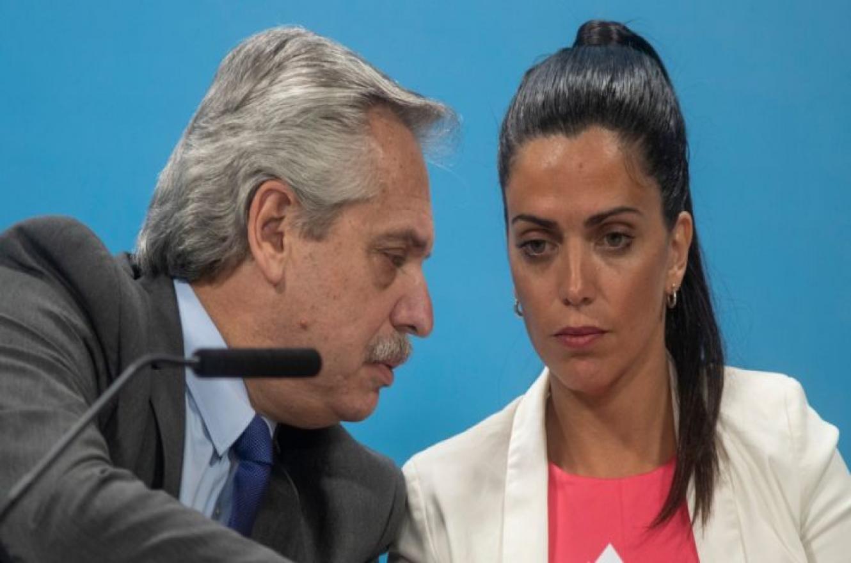 El presidente Alberto Fernández junto a la titular del PAMI, Luana Volnovich.