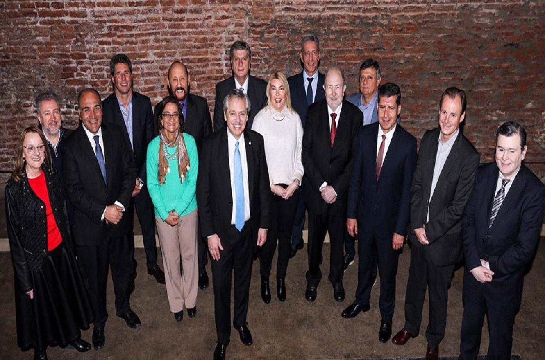 Alberto Fernández junto a una docena de gobernadores.