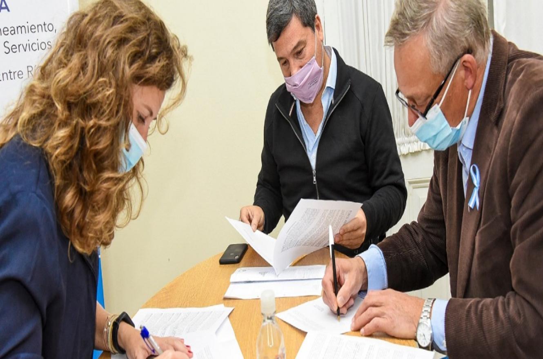 secretaria de Energía, Silvina Guerra, y el intendente Carlos Weiss junto con Gustavo Zavallo