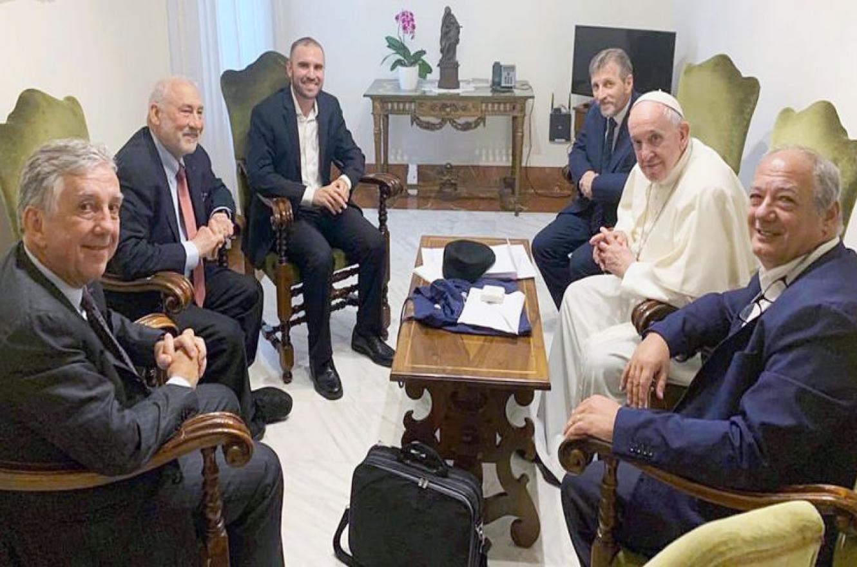 Martín Guzmán con el Nobel Joseph Stiglitz y el Papa Francisco