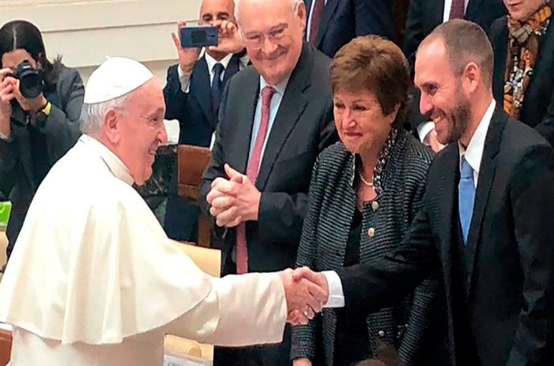 Martín Guzmán saluda al Papa Francisco