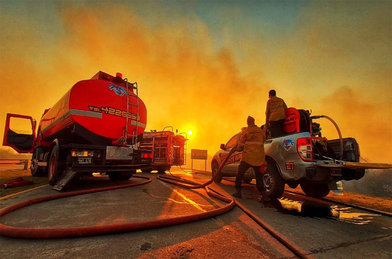 Bomberos y brigadista del Plan de Manejo del Fuego de Entre Ríos colaboran para sofocar el fuego a la vera de la RN 168 en Santa Fe. Hoy fueron convocados los Bomberos Zapadores de la Policía, para continuar con esa tarea.