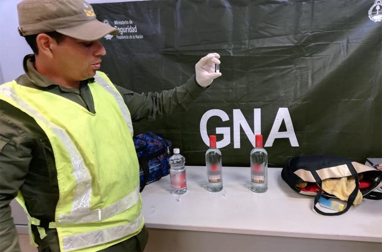 Los gendarmes confirmaron que en el interior de las botellas había Ketamina, una sustancia que puede conducir a un deterioro cognitivo y atenta contra el sistema nervioso.