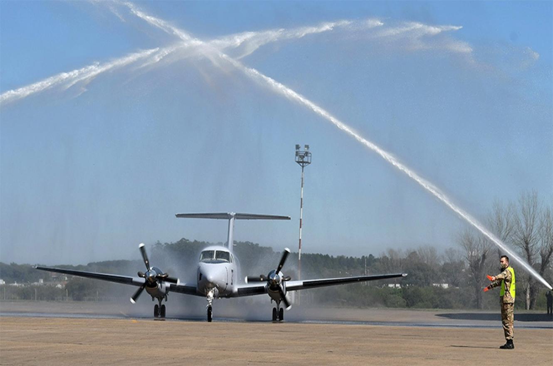 El flamante TC-117 fue recibido en la pista de Paraná con el tradicional arco de agua con el que las autobombas de los aeropuertos reciben a cada avión en su primer aterrizaje.