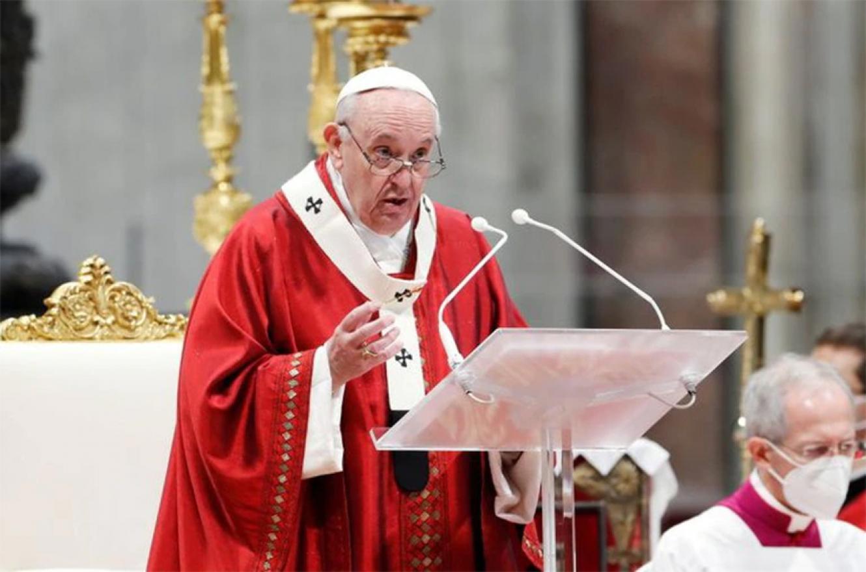 Imagen de archivo del papa Francisco presidiendo la misa de Pentecostés en la Basílica de San Pedro en El Vaticano.