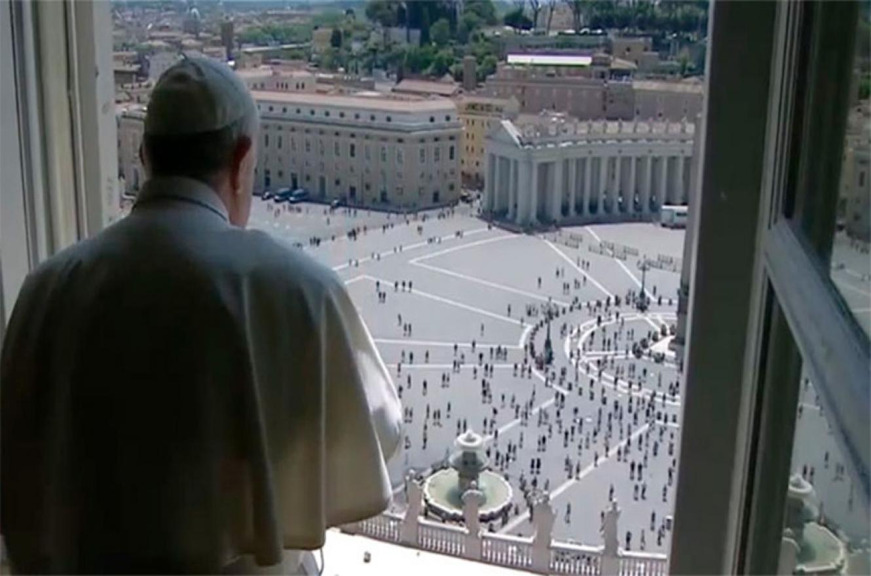 Con pedido de uso de barbijos y la obligatoriedad de higiniezarse las manos para entrar, más de un centenar de fieles siguió desde la plaza vaticana, a través de pantallas, la oración dominical del papa Francisco.