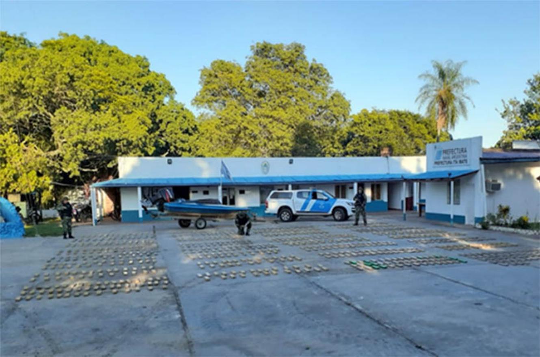 Prefectura secuestró anoche 860 kilos de marihuana valuados en más de  58 millones de pesos. El procedimiento se realizó en Corrientes.