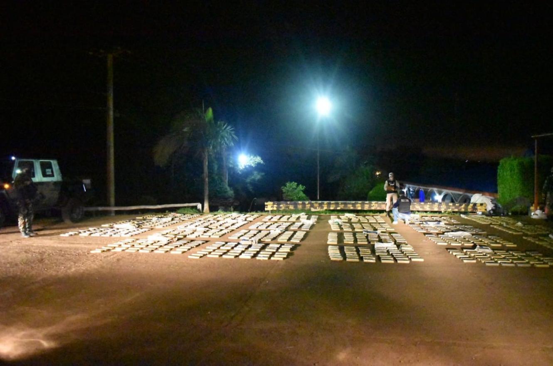 """En la localidad misionera de Puerto Rico, Prefectura Naval secuestró 50 bultos con 1.461 """"panes"""" de marihuana, con un peso superior a los 1.504 kilos."""