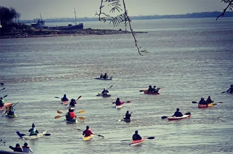 Un grupo de palistas llegó hasta la isla y ambientalistas ocuparon uno de los muelles en el Puerto Nuevo de Paraná.