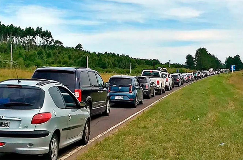 Para pasar al Uruguay desde Gualeguaychú hay colas de automóviles de hasta 15 kilómetros.