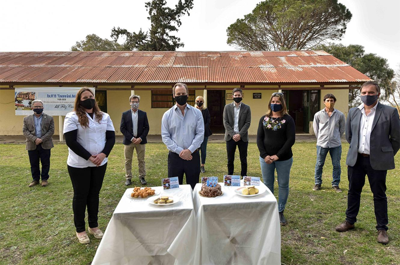 El gobernador visitó la centenaria Escuela Nº 19, Crucero Gral. Belgrano, de colonia Walter Moss, que tiene una matrícula de seis alumnos.
