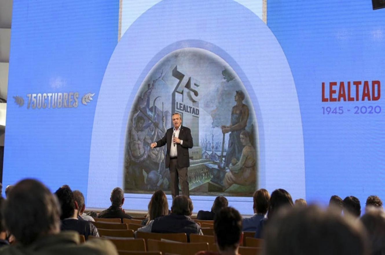 Alberto Fernández fue el único orador en el salón Felipe Vallese de la CGT por el acto central por el 17 de octubre que se transmitió por las redes sociales, ante millones de seguidores.