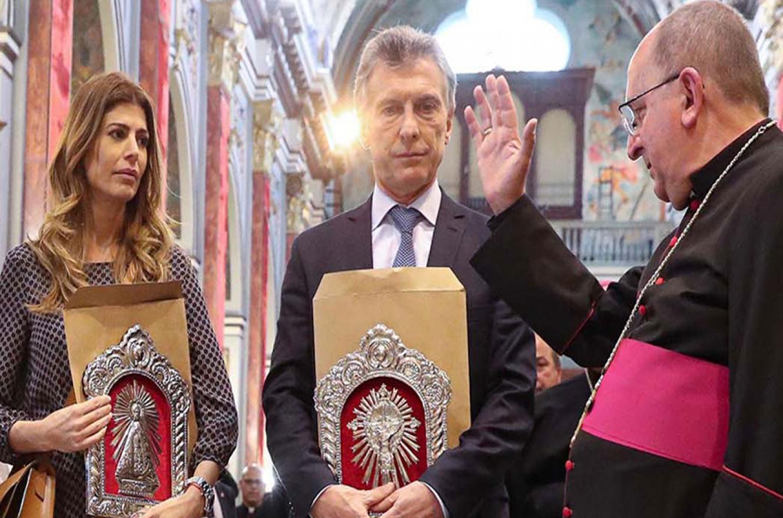Juliana Awada y Mauricio Macri, junto al arzobispo de Salta, monseñor Mario Antonio Cargnello.