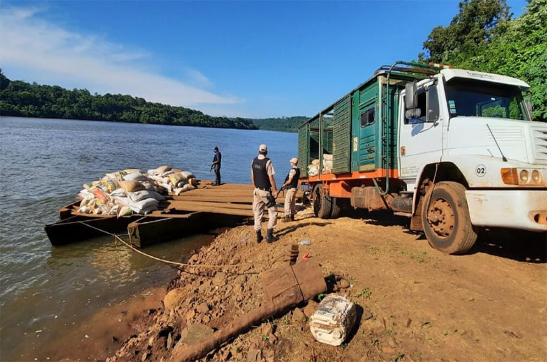 Soja de contrabando en camiones, incautada por Prefectura.