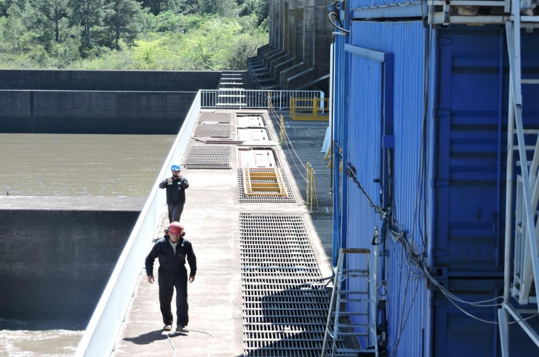 técnicos de Salto Grande en Central Hidroeléctrica Baygorria