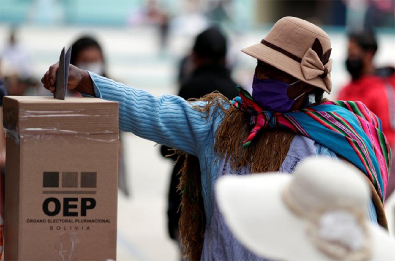 Una mujer boliviana vota en La Paz.