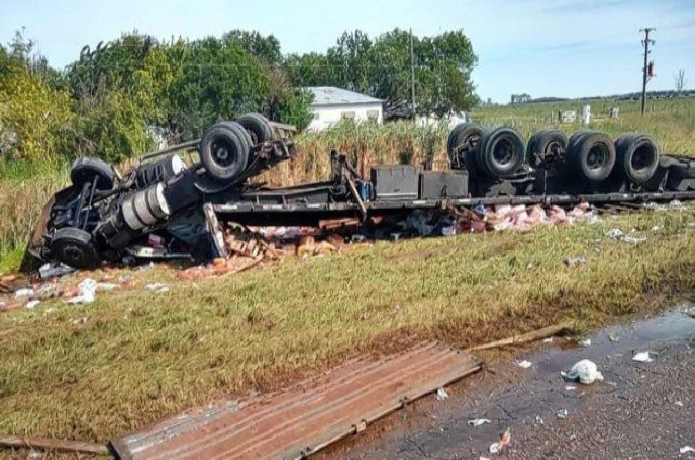 Un camión que transportaba gaseosas volcó en Autovía 14