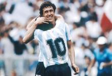 Jorge Valdano abraza a Diego Maradona