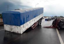 Se desprendió el acoplado de un camión sobre un puente de ruta 168