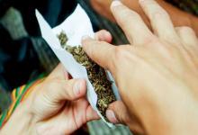 Armando cigarrillo de marihuana